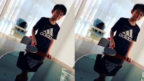 张柏芝与三个儿子玩乒乓球,三胎小儿子的笑声好魔性