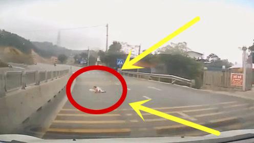 幸运之子!1岁幼童一路爬过车流,不是拍下谁会相信!