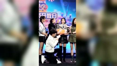 火箭少女101为台下粉丝开奖 杨超越赖美云互动超有爱