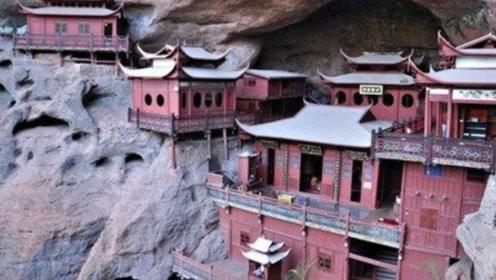 """中国最""""危险""""的寺庙,压在巨石之下400年,今成著名旅游景点"""