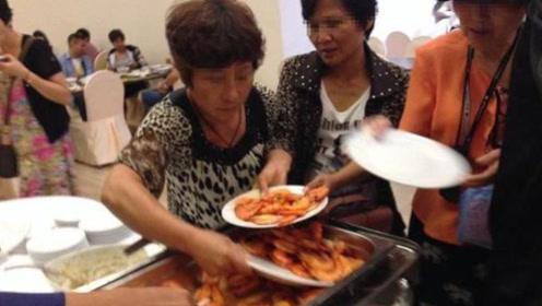 大妈吃自助餐狂拿大虾,最后遭老板谩骂,食客却纷纷表示骂得好!