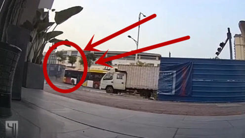 大货车追尾公交车,万分危急时刻,司机当场吓懵了