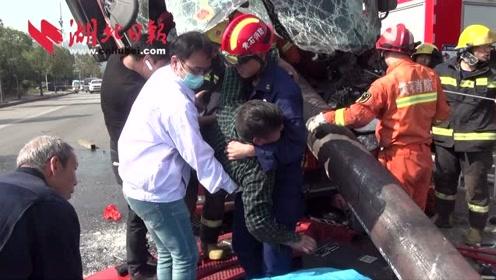 钢管穿透货车驾驶室,司机被困,消防员紧急救援!