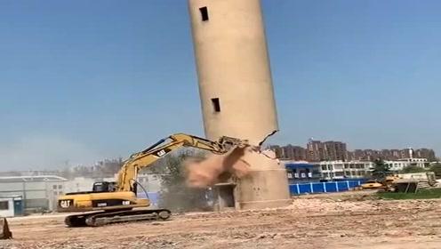 挖机师傅拆烟囱神预判,一看就是经验丰富的老司机,佩服!