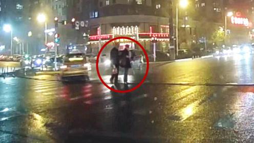 """险!监拍:出租车高速闯红灯被撞甩尾漂移 过街男女擦肩""""死神"""""""