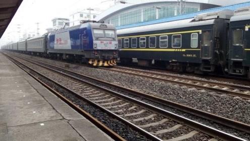 为啥火车轨道上有一层小石头,高铁却非常的干净?让专家来告诉你答案