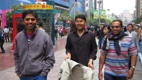 印度三兄弟游玩中国,看到商场这一幕后疑惑:难道中国人都很穷?