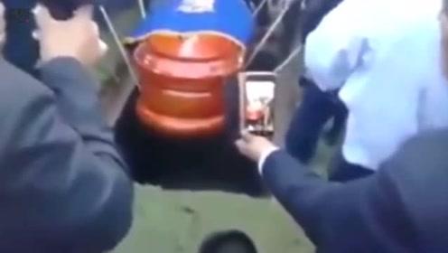 秘鲁一市长因心脏病去世 下葬时棺材掉进墓穴遗体摔出尖叫声一片