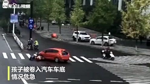 孩子被压车底 众人38秒抬车救人!