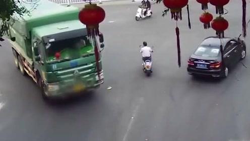 惊险! 老人被卷车底奇迹逃生 货车加速漂移躲避山体滑坡