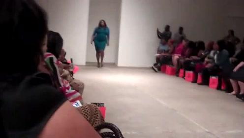 大妈走上时尚舞台,微胖体型,回头率满满