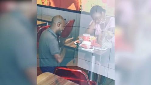 暖心!南非一男子肯德基求婚视频意外走红 获得免费蜜月之旅