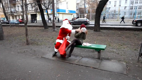 老外装扮成圣诞老人,往路人脸上拍奶油,这个恶作剧有点意思