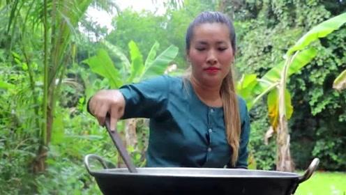 农村巧妇,野外烹饪鳝鱼,看的我口水直流