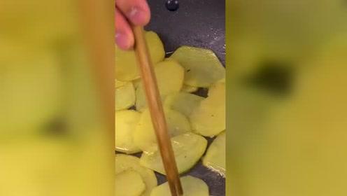 美食:爱吃土豆的这里集合,腊肉煸土豆特别的下饭,美味食谱!