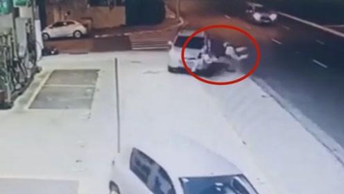 夫妻俩散步时被失控轿车盯上,看完监控后发现不对劲,故意的吧?