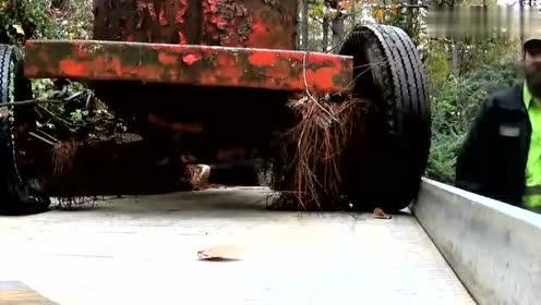 农民在树林找到一辆拖拉机,就雇了台拖车拉回家,一检查气坏了