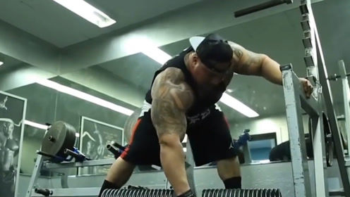 350斤肌肉大力王,手提375斤哑铃,肩扛480斤杠铃,这才叫坦克背
