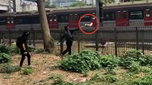 彻底的恐怖袭击! 暴徒丧心病狂朝行驶列车投掷燃烧弹