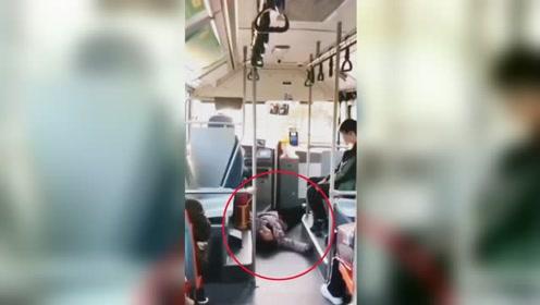 老人乘公交车突然倒地全身抽搐 背后原因令人无语