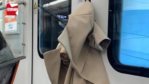 笑哭!女子坐地铁衣服被夹无奈只开对侧门,果断弃衣上班打卡