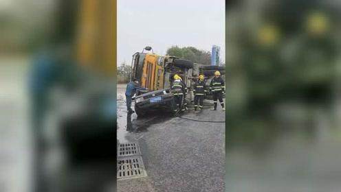 货车侧翻压扁小车致1死1伤 小车秒变废铁现场惨烈