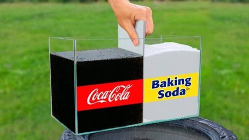 将小苏打和可乐平分在水缸中,挡板揭开的一瞬间,画面太炫酷!