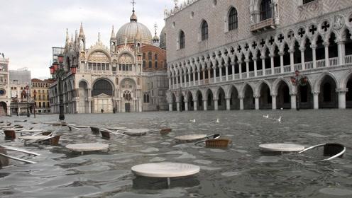 水城威尼斯遭史上第二大洪水侵袭 市民游客进屋只能爬窗户