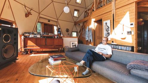 64岁大叔的50㎡正圆形之家:隐居森林,一人一狗过一生