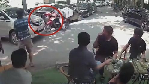 摩托车男子撞上商务车,司机下来后的举动值得人学习!