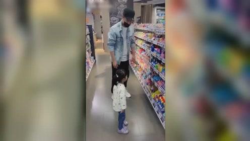 陈赫带女儿购物化身女儿奴,一会摸头一会撒娇抖动,父爱满满