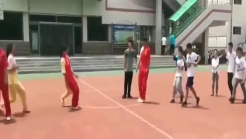 高手在民间!中学体育老师表演的少林风火棍!