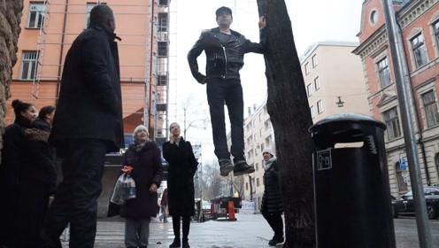 站在半空中的男人?国外街头一男子稳稳站在半空,掉都掉不下来!