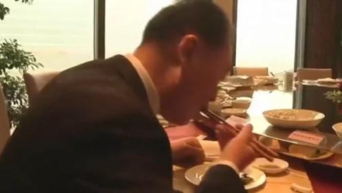 王健林在公司食堂大口吃水饺,大喊:怎么都没人!一旁下属表情亮了