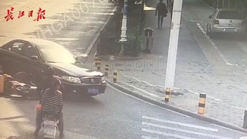 交叉路口,电动车没有及时刹车撞上小轿车