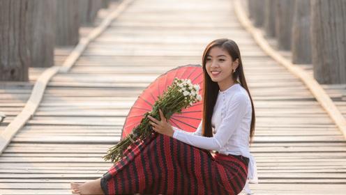 为什么老挝女孩递的伞不可以接?导游:不信邪你接一个试试
