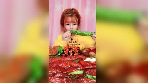 这小姐姐吃苦瓜就像吃黄瓜,一点也感觉不到苦涩