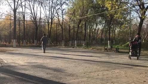 """北京一公园羽毛球场里甩健身鞭引热议 实地探访""""抽冷子,吓人也危险"""""""