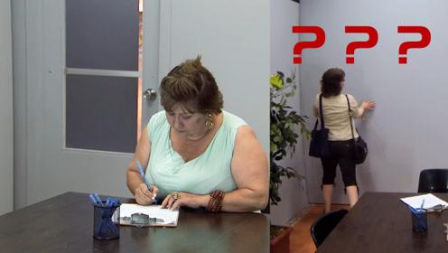 客人坐屋里填资料,填完后转身发现门没了,老外是真的皮!