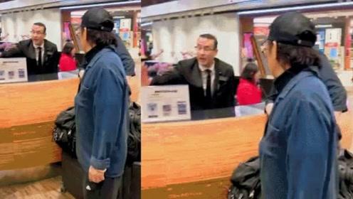 李连杰机场迷路问路人 看了他的头发该说老了吗?