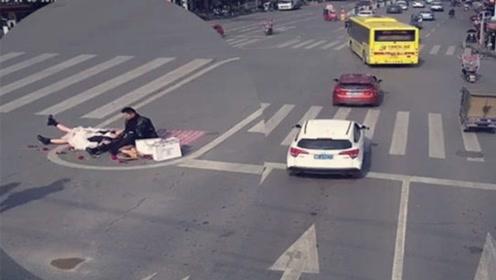 周围车水马龙!这对新人竟能换着姿势躺十字路口上拍婚纱照
