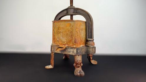 破旧的老式金属榨汁机,牛人上手修复一翻,成果焕然一新
