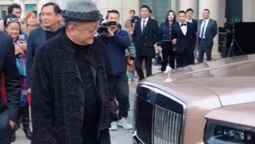 又要换新豪车了?71岁王刚满脸堆笑,现身劳斯莱斯卖场