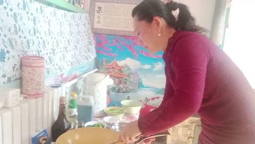 木耳炒油菜色香味美,营养又开胃,农村人最爱的佳肴
