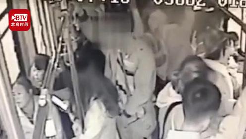 14岁女学生公交上锁喉猥亵男 司机乘客合力制伏 男子被拘留10日