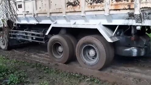 翻斗车司机帮看看,这种情况,应该踩大油门,还是小油门?