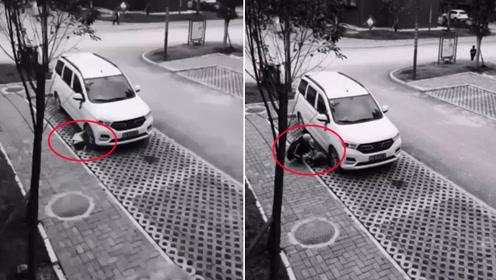 冒冷汗!男童爬车底捡玩具险被碾压 司机一个好习惯拯救2个家庭