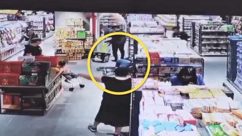 母亲被超市推车绊倒,怀中婴儿飞出头着地