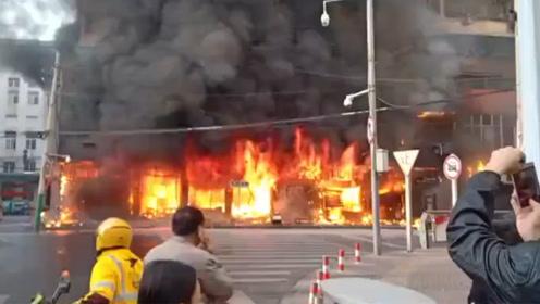 蚌埠火车站铁道大酒店附近一建筑发生火灾 整栋大楼被浓烟吞噬