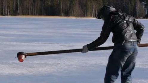 将800度盐水浇在冰面会怎样?老外作死实验,吓得拔腿就跑!